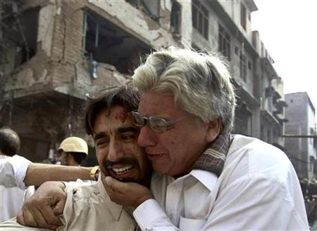 Two men mourn at the scene of a bomb explosion in Peshawar, located in Pakistan's restive North West Frontier Province October 28, 2009. REUTERS/Fayaz Aziz