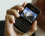 """<p>Foto de archivo del nuevo """"Blackberry Bold 9700"""" de Research In Motion, durante su presentación a manos del presidente ejecutivo y director de la compañía, Mike Lazaridis, en Bochum, Alemania, oct 21 2009. La minorista Wal-Mart Stores Inc ofrece durante una semana una tarjeta de obsequio de 100 dólares por la compra de un teléfono BlackBerry, en un esfuerzo por atraer más clientes para la temporada de fiestas de fin de año. REUTERS/Ina Fassbender</p>"""