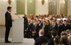 <p>Президент РФ Дмитрий Медведев (слева) выступает с посланием Федеральному собранию России в Москве 12 ноября 2009 года. Президент РФ Дмитрий Медведев пообещал вернуться в ближайшее время к вопросу снижения налогов в РФ. REUTERS/Sergei Karpukhin</p>