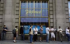 <p>Fila de compradores do iPhone 3GS, no primeiro dia de venda do aparelho em loja da Telefónica em Madri. Resultados fortes na América Latina e corte de custos ajudaram a espanhola Telefónica a divulgar um lucro praticamente estável em nove meses nesta quinta-feira. A companhia divulgou ainda que os negócios na Espanha, atingidos pela recessão, estão encolhendo numa velocidade menor.</p>
