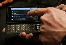 """<p>Celular Droid, da Motorola Inc, é exibido em Nova York. A retração no mercado de telefones celulares chegou ao fim no terceiro trimestre, ajudada por queimas de estoques de aparelhos e por aumento nas vendas do chamado """"mercado cinza"""" em países como a China, disse a empresa de pesquisa Gartner, nesta quinta-feira.</p>"""