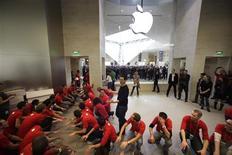 <p>Funcionários da Apple em Paris preparam-se para receber os primeiros clientes da primeira loja da marca na capital francesa, aberta no início de novembro.</p>