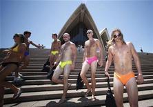 <p>Personas en traje de baño caminan por las escaleras de la Opera de Sidney en un intento para romper el record Guinness del desfile en bikini más grande del mundo, en Sidney, 12 nov 2009. En Italia se estableció el récord de tiempo por comer un plato de pastas en 1 minuto y 30 segundos, mientras que en Noruega se preparó la galleta de jengibre más grande del mundo de 651 kilos. En Finlandia, personas de 76 nacionalidades lograron entrar en un sauna. Sin embargo, no todos fueron exitosos. En Australia, 228 personas en traje de baño no fueron suficientes para superar el récord del desfile en bikini más grande del mundo. REUTERS/Daniel Munoz</p>