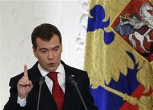 <p>Президент России Дмитрий Медведев выступает перед Федеральным собранием в Москве 12 ноября 2009 года. Президент России Дмитрий Медведев в ежегодном послании посулил реформу времени и полеты к другим планетам, но остудил оппозицию, связывающую рывок в будущее с перестройкой политической системы. REUTERS/RIA Novosti/Kremlin/Mikhail Klimentyev</p>