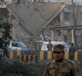 <p>Сотрудники сил безопасности Пакистана на месте взрыва смертника в Пешаваре 13 ноября 2009 года. Не менее 10 человек погибли, еще 60 получили ранения в результате атаки смертника на заминированном автомобиле, нацеленной на здание отделения пакистанской разведки в городе Пешавар. REUTERS/K. Parvez</p>