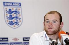 """<p>Игрок сборной Англии Уэйн Руни на пресс-конференции в городе Доха, столице Катара, 12 ноября 2009 года. Нападающий сборной Англии Уэйн Руни сказал, что хочет остаться в """"Манчестер Юнайтед"""" до конца карьеры. REUTERS/Mohamed Dabbous</p>"""
