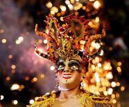 <p>Участник Дьявольского карнавала в 200 км к югу от Ла-Паса, Боливия 15 февраля 2006 года. В Ла-Пасе не теряйте бдительность - местный ликер очень быстро ударяет в голову в фактической столице Боливии, расположенной на высоте 3.000 метров над уровнем моря. В клубах, где собираются как дружелюбные местные, так и иностранцы, действительно жарко. Бары мирового уровня, шикарные кафе и рестораны, в которых поют традиционные серенады, придутся вам по вкусу. А травы индейского народа аймара, которые можно приобрести на Ведьмином рынке (Mercado de Brujas), спасут от утреннего похмелья. REUTERS/Ivan Alvarado</p>