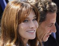<p>Foto de arquivo da primeira-dama francesa Carla Bruni-Sarkozy com o presidente Nicolas Sarkozy. Depois de a mídia francesa ter publicado comentários anônimos de membros do partido de centro-direita de Sarkozy, o UMP, criticando Carla Bruni por supostamente transmitir suas posições de esquerda ao presidente, a primeira-dama declarou que não se interessa por política. REUTERS/Gonzalo Fuentes</p>