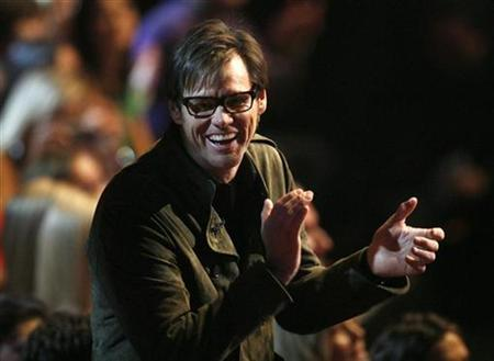 Actor Jim Carrey claps along during a musical number at the 2009 MTV Movie Awards in Los Angeles May 31, 2009. REUTERS/Mario Anzuoni