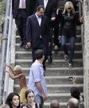 <p>Cantora Madonna, acompanhada do governador do Rio, Sérgio Cabral, caminha na comunidade Santa Marta, na zona sul carioca. REUTERS/Sergio Moraes</p>