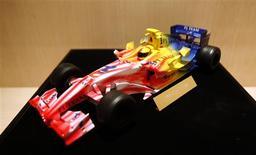 <p>Modelo de um F1 da equipe Lotus. A nova Lotus, financiada por um grupo da Malásia, divulgou que obteve sucesso em um teste de impacto de seus carros, realizados nas instalações da equipe, em mais um passo para realizar seu retorno à Fórmula 1 na próxima temporada.15/09/2009.REUTERS/Bazuki Muhammad</p>