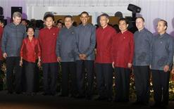 <p>REFILE - CORRECTING BYLINE APEC Leaders pose for a family photograph after their dinner at the APEC Summit in Singapore November 14, 2009. Pictured (L-R) are: Canada's Prime Minister Stephen Harper, Philippine President Gloria Macapagal Arroyo, Japan's Prime Minister Yukio Hatoyama, Indonesia's President Susilo Bambang Yudhoyono, U.S. President Barack Obama, Singapore's Prime Minister Lee Hsien Loong, China's President Hu Jintao, New Zealand's Prime Minister John Key and Mexico's President Felipe Calderon. REUTERS/Jason Reed</p>