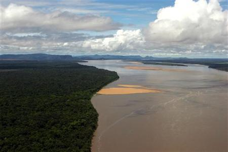 An aerial view of the Orinoco River in Santa Maria del Orinoco, about 700 kM (435 miles) south of Caracas May 6, 2006. REUTERS/Jorge Silva