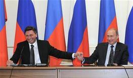 <p>Премьер-министр РФ Владимир Путин (справа) и его премьер Словении Борут Пахор на пресс-конференции в Москве 14 ноября 2009 года. Россия и Словения подписали в субботу соглашение о строительстве газопровода Южный поток, который должен обеспечить доставку российского газа в Европу минуя транзитные страны. REUTERS/Bor Slana</p>