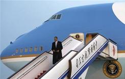<p>Il presidente Usa Barack Obama scende dall'Air Force One dopo essere atterrato a Pechino, oggi. Obama ha incontrato a Shanghai un gruppo di studenti. REUTERS/Jim Young</p>