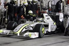 <p>Il pilota della Brawn Jenson Button durante un pit stop, nel Gran Premio di Abu Dhabi. REUTERS/Kamram Jebreili/Pool</p>