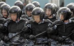 <p>Бойцы отряда ОМОН на тренировке на подмосковной базе 10 мая 2007 года. Наряды милиции прибыли в Дом ученых в Москве разнимать участников философского спора, перешедшего в потасовку, сообщил Рейтер представитель ГУВД. REUTERS/Alexander Natruskin</p>