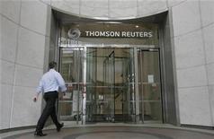 <p>Foto de archivo de un empleado de Thomson Reuters entrando al edificio de la compañía en el distrito financiero Canary Wharf en Londres, ago 6 2009. La empresa de noticias e información Thomson Reuters Corp dijo el lunes que comprará Sabrix, una firma que fabrica programas de gestión impositiva. REUTERS/Simon Newman</p>