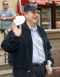 <p>Imagen de archivo de Paul Allen, cofundador de Microsoft, en Sun Valley, Idaho, 12 jul 2007. El co-fundador de Microsoft, Paul Allen, fue diagnosticado con cáncer originado en el sistema linfático y ha comenzado tratamiento, dijo un portavoz de la firma el lunes por la noche. Los empleados de Vulcan Inc, que Allen creó en 1986 para administrar sus negocios y sus actividades filantrópicas, fueron informados de la enfermedad a través de un correo electrónico de la firma. REUTERS/Rick Wilking/Archivo</p>