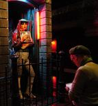 <p>Visitante observa exposição na National Gallery, em Londres. A National Gallery de Londres, um dos maiores acervos públicos mundiais de arte, está expondo uma reconstrução decadente do Distrito das Luzes Vermelhas de Amsterdã, o bairro de sexo pago da capital holandesa, em uma rara investida na arte contemporânea das instalações.17/11/2009.REUTERS/Toby Melville</p>
