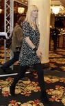 """<p>A modelo alemã Claudia Schiffer chega para a conferência """"Techno Luxury"""", em Berlim. Depois de passar mais de duas décadas cedendo sua imagem a estilistas diversos, a supermodelo Claudia Schiffer diz que está preparada para criar seu próprio negócio de moda, que pode incluir criações de cashmere e bolsas.17/11/2009.REUTERS/Thomas Peter</p>"""