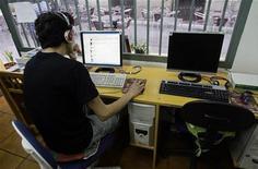 <p>Мужчина за компьютером в интернет-кафе в Мадриде 23 мая 2008 года. Жители Испании с 2011 года получат право пользоваться широкополосным интернетом, скорость которого будет по меньшей мере один мегабайт в секунду, по фиксированной цене независимо от места жительства, заявил министр промышленности страны. REUTERS/Andrea Comas</p>