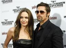 <p>Foto de arquivo de Angelina Jolie e Brad Pitt. O casal de atores está se aventurando em algo novo para eletrizar seus fãs, ao lançarem uma coleção de joias. REUTERS/Mario Anzuoni</p>