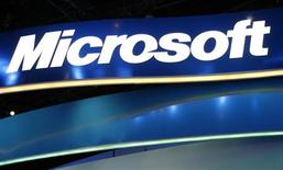 <p>Microsoft lancera le 1er janvier prochain le système d'exploitation Windows Azure, un programme fonctionnant à partir de serveurs distants et destiné à tirer parti de l'intérêt croissant pour les logiciels et les services utilisés via internet. /Photo d'archives/REUTERS/Rick Wilking</p>