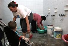 <p>Foto de archivo de unas presas lavando ropa en la cárcel Los Hornos, Argentina, sep 1 2008. Las personas que están en prisiones y otros centros de detención en todo el mundo suelen carecer de acceso a baños limpios, una violación a sus derechos humanos básicos, dijeron el miércoles tres investigadores de Naciones Unidas. REUTERS/Carolina Camps (ARGENTINA)</p>
