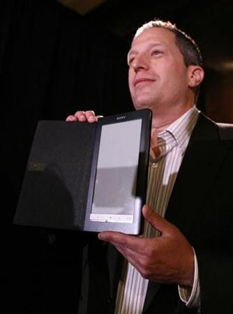 Steve Haber, president of Sony's Digital Reading Business Division, shows off Sony's ''Daily Edition,'' its first wireless electronic reader, August 25, 2009. REUTERS/Brendan McDermid