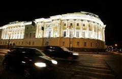 <p>Здание Конституционного суда в Санкт-Петербурге 23 декабря 2007 года. Казнить преступников в России по-прежнему нельзя, постановил Конституционный суд России в четверг, фактически продлив так и не ратифицированный Госдумой мораторий на смертную казнь от 1997 года. REUTERS/Alexander Demianchuk</p>