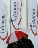 <p>Le groupe allemand Infineon s'est déclaré jeudi optimiste pour son exercice fiscal 2010, disant tabler sur une croissance de ses ventes de plus de 10%, les fabricants de semi-conducteurs se remettant d'un ralentissement prolongé. /Photo d'archives/REUTERS/Alexandra Winkler</p>