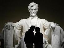 """<p>Парочка стоит напротив скульптуры Авраама Ликольна во время """"Ночи музеев"""" в мемориале Линкольна, Вашингтон 12 февраля 2009 года. 19 ноября 1863 года президент США Авраам Линкольн выступил с Геттисбергским посланием, в котором изложил концепцию демократии и ее значения для всего мира.REUTERS/Jason Reed (UNITED STATES)</p>"""