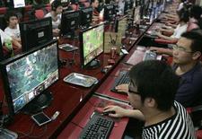 <p>Giovani cinesi giocano online in un cyber café di Taiyuan, nello Shanxi. La foto è del 23 luglio scorso. REUTERS/Stringer</p>