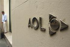 <p>Le portail internet AOL prévoit de réduire ses effectifs d'un tiers, ce qui signifierait la suppression de 2.500 postes, en vue de réduire ses coûts annuels de quelque 300 millions de dollars dans le cadre du processus de scission de sa maison mère Time Warner. /Photo prise le 28 mai 2009/REUTERS/Lucas Jackson</p>
