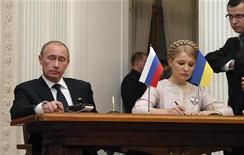 <p>Премьер-министр РФ Владимир Путин т(слева) и премьер Украины Юлия Тимошенко на встрече в Ялте 19 ноября 2009 года. Премьер-министр России Владимир Путин разрешил Украине изменить с трудом подписанные в начале этого года десятилетние контракты с Газпромом в обмен на обещание Киева продолжать бесперебойный транзит российского газа в Европу. REUTERS/STR</p>