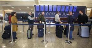 <p>Passeggeri in coda per il check in della Delta Airlines all'aeroporto internazionale di Atlanta, Hartsfield-Jackson ieri. REUTERS/Tami Chappell</p>