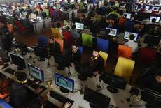 <p>Un'immagine d'archivio di giovani alle prese con Internet e computer. REUTERS/Stringer</p>
