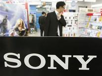 <p>Hombres destrás de un logo de Sony Corp en una tienda en Tokio, 20 nov 2009. Las acciones del grupo japonés Sony Corp cayeron el viernes a un mínimo de casi cuatro meses luego que la nueva estrategia de negocios del gigante de la electrónica no convenció a los inversionistas sobre su capacidad de lograr un fuerte incremento de utilidades. REUTERS/Toru Hanai</p>
