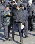 <p>Сотрудник милиции задерживает участника акции протеста во Владивостоке 20 декабря 2008 года. Первый автомобиль местной сборки сойдет с конвейера во Владивостоке спустя год после подавленных московским ОМОНом протестов против решения правительства Владимира Путина ограничить импорт иномарок ради борьбы с кризисом в отечественном автопроме. REUTERS/Yuri Maltsev</p>