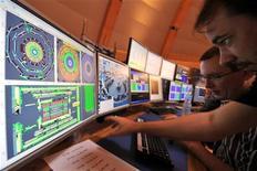 <p>Ученые следят за работой Большого адронного коллайдера в контрольном центре в Женеве 10 се6нтября 2008 года. Европейские ученые возобновили работу Большого адронного коллайдера - спустя год после проведения первых пробных пусков, которые должны в конечном итоге дать ответ на вопрос как возникла и как развивалась Вселенная. REUTERS/Fabrice Coffrini/Pool</p>