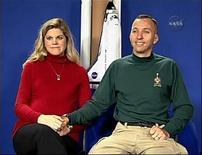 """<p>Астронавт Ренди Бресник и его жена Ребекка дают интервью NASA TV о скором рождении дочери 22 ноября 2009 года. Астронавт шаттла """"Атлантис"""" Ренди Бресник в воскресенье утром был разбужен вестью о том, что у него родилась дочь. REUTERS/NASA TV</p>"""