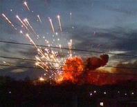 <p>Взрывы на военном складе в Ульяновске, кадр из видеозаписи РЕН ТВ, сделанной 13 ноября 2009 года. Восемь военнослужащих погибли в понедельник в Ульяновске во время погрузки неразорвавшихся боеприпасов, оставшихся после пожара на военном складе 13 ноября., сообщили российские СМИ. REUTERS/Alexander Fouralyov/REN TV</p>