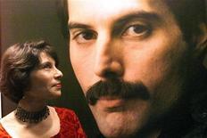<p>Сестра Фредди Меркьюри Кеш Кук на открытии выстаки в честь певца в Бомбее 18 октября 1999 года. 24 ноября 1991 года вокалист рок-группы Queen Фредди Меркьюри умер от СПИДа на следующий день после того, как объявил о своей болезни по телевидению. REUTERS/Savita Kirloskar</p>