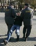 <p>Сотрудники милиции задерживают участника акции протеста в Москве 16 октября 2009 года. Трое милиционеров задержаны по подозрению в убийстве уроженца Абхазии в пьяной драке на юго-востоке Москвы, сообщила пресс-служба московской милиции. REUTERS/Vasily Fedosenko</p>