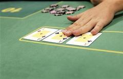 <p>Дилер выкладывает карты на стол в Будапеште 15 сентября 2009 года. Кипрская полиция арестовала в Лимасоле старушек, за то что те играли в карты на деньги, что запрещено законами средиземноморского острова. HUNGARY-POKER/ REUTERS/Laszlo Balogh</p>