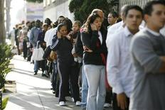 <p>Applicant Veronica Diaz, 35, holds her 18-month-old son Diego Galliano as she stands in line during a job fair at the Southeast LA-Crenshaw WorkSource Center in Los Angeles, November 20, 2009. REUTERS/Mario Anzuoni</p>