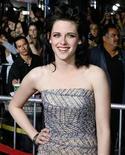 """<p>La actriz Kristen Stewart posa en el estreno de """"The Twilight Saga: New Moon"""" en Los Angeles, 16 nov 2009. La cadena estadounidense FX adquirió los derechos televisivos para las cuatro películas de la saga de vampiros """"Twilight"""" a través de un acuerdo con la productora Summit Entertainment. Además de """"Twilight"""", el pacto incluye el filme independiente y aspirante al Oscar """"The Hurt Locker"""", la cinta de suspenso de Nicolas Cage """"Knowing"""" y la película de acción """"Push"""". REUTERS/Fred Prouser</p>"""