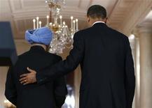 <p>El primer ministro indio, Manmohan Singh (izquierda en la imagen), junto al presidente estadounidense, Barack Obama, al término de una conferencia de prensa conjunta en Washington, nov 24 2009. El presidente estadounidense, Barack Obama, buscó el martes reafirmar al primer ministro indio, Manmohan Singh, su compromiso para impulsar los lazos de Washington con India, pese a que su Gobierno situó a China y Pakistán como sus prioridades número uno. REUTERS/Larry Downing</p>