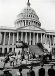 <p>Траурный кортеж с гробом президента США Джона Кеннеди направляется на Арлингтонское национальное кладбище в Вашингтоне 25 ноября 1963 года. Траурный кортеж с гробом президента США Джона Кеннеди направляется на Арлингтонское национальное кладбище в Вашингтоне. Abbie Rowe/National Park Service/JFK Library</p>